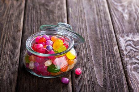 Dlaczego słodycze psują zęby? Wyjaśniamy!